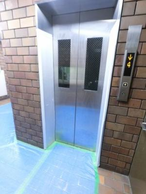エレベーター付きのマンションです。 お買い物やベビーカーの出し入れに便利です。