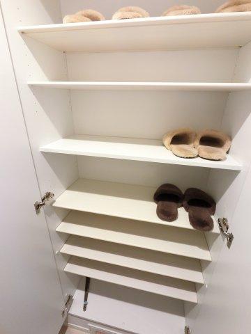 玄関収納です。 靴の大きさに合わせて高さが変えられるので、様々な靴が収納できます。