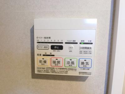 浴室乾燥機がついております。 カビの防止にはもちろんですが花粉の時期や雨の日など安心して洗濯物が干せます。