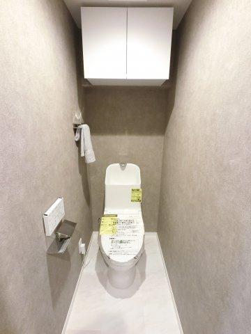 トイレも新規交換しました。 扉付き収納棚があり見られたくないものもしっかり収納できます。