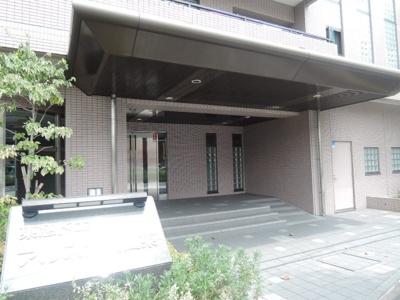 東急東横線「大倉山」駅徒歩6分と好立地。 バス停「港北区総合庁舎前」がマンションの目の前にございます。