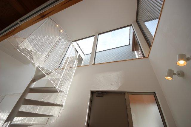 空を借景。1階から見上げるとバルコニーに面した窓から空だけが見えます。