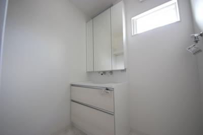 三面鏡裏収納には化粧品や洗面用品類をすっきり整理できます!