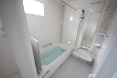 浴室に物干し竿があります。洗濯物を干すのに洗濯機から近いので便利ですね♪