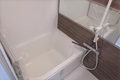 【現地写真】 清潔感と和らぎあるカラーで統一し、ゆったりお使い頂ける柔らかな曲線で構成された、半身浴も楽しめるバスタブが心地よさをもたらします♪