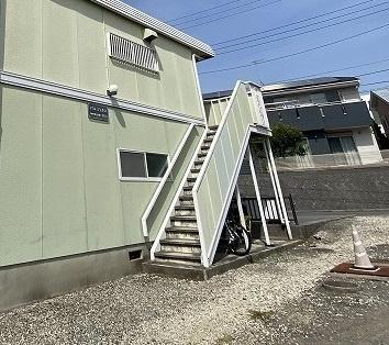 外階段を上がった2階にお部屋があります☆