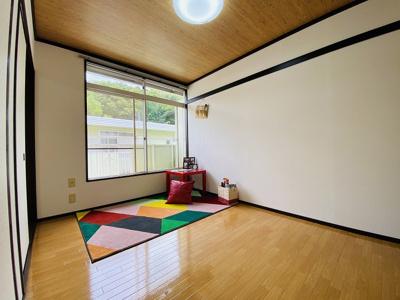 キッチンを入って右手にある、南向き洋室5.4帖の陽当たりの良いお部屋です♪フローリング風のクッションフロアでお部屋が明るくお洒落に♪
