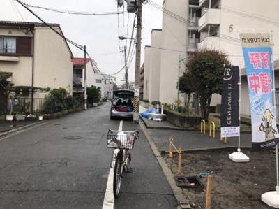 南側の前道の写真です。 前道も広く駐車も楽々ですね♪