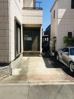 広い駐車スペース 大型乗用車やハイルーフもらくらく駐車可