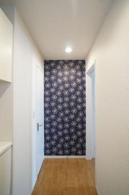 玄関から室内への景観です!右手に洋室6.4帖のお部屋、左手にトイレがあります★