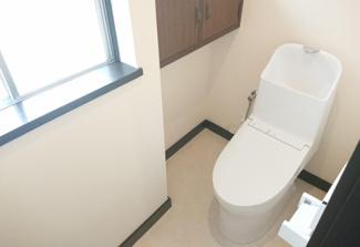 TOTO社製のトイレに新品交換します。「セフィオンテクト便器」搭載で陶器表面の超平滑構造で汚れが付きにくく、付いても落ちやすい仕様になっています。環境にも優しい節水タイプとなっています。