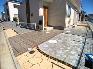 駐車スペースです。休日にはご家族で徒步6分に日帰り温泉施設がございます。