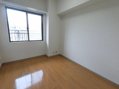 4.1帖の洋室です。 こちらはお子様のお部屋や書斎にいかがでしょうか?
