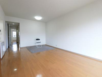 新規一部リフォーム済物件。 12.6帖のリビングは日当たりも良く、広々としております。 家具を置いても狭さを感じさせません。