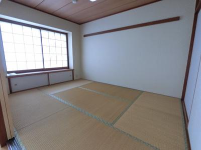 6畳の和室です。 押し入れもあり様々な用途でお使いいただけます。