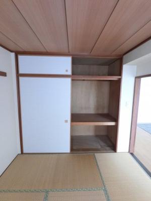 和室の押し入れです。 衣類のほかにも布団や毛布なども収納できます。