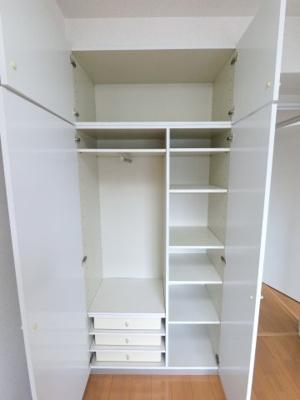4.1帖の洋室の収納です。 システム収納となっており衣類のほかにもたくさん収納できます。