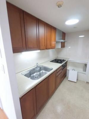 使いやすいシステムキッチンです。 吊戸棚もあり収納豊富です。 設備も充実しております。