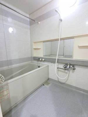 お風呂もきれいにお使いです。 追い焚き機能も付いており、帰宅時間がバラバラでも暖かいお風呂にいつでも入浴できます。 1日の疲れを癒すバスルームでゆったりとお寛ぎ下さい。