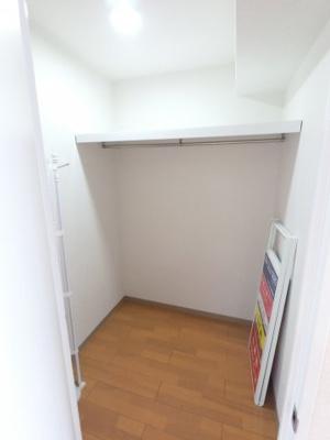 1.6帖の納戸です。 衣類のほかにもキャリーバックやゴルフバックなどが収納できます。