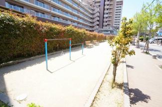 マンション敷地内のゆとりスペース、遊び場です。