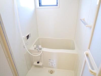 窓のある明るい浴室です