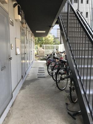 駐輪スペースは階段下