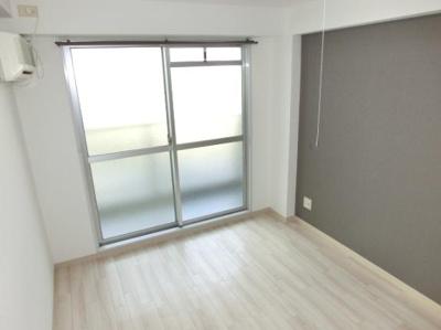 洋室に大きな窓で解放感有ります