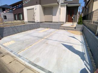 駐車スペースです。駐車が苦手な方でも道路幅員が7.6mありますので簡単にできます。