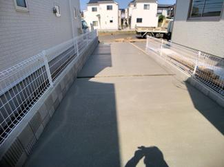 駐車スペースです。親御さんも安心!!小学校まで徒歩5分中学校は徒歩6分と安心通学です。
