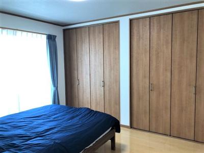 収納たっぷり広々寝室