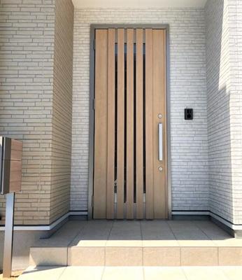 木目が美しい玄関ドア