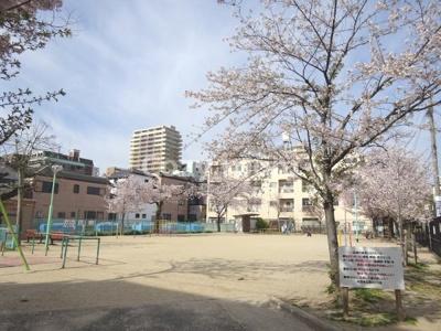 マンション前には公園があります。