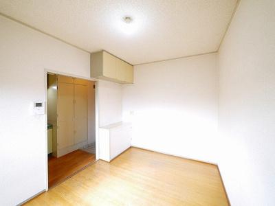 洋室にも吊戸棚があります