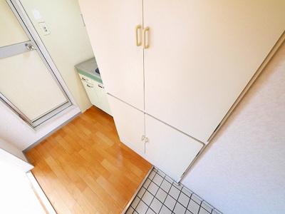 大きい戸棚でお部屋もすっきり整頓できます