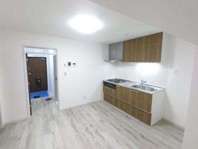 新規内装リフォーム済住戸。 買い物環境も充実しており、生活利便性良好です。 お気軽にお問合せ・ご内覧下さい。