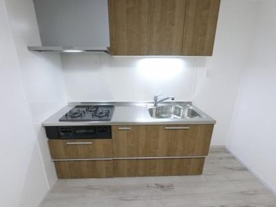 上部吊戸棚付のシステムキッチンです。 収納豊富でいろいろなものを収納できます。