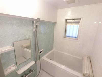 窓付きのお風呂です。 追い焚き機能付で帰宅時間がバラバラでも暖かいお風呂にいつでも入浴できます。