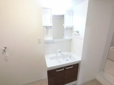 明るい洗面台です。 収納もありいろいろなものを収納できます。