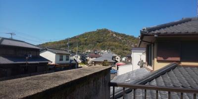 角山が望めます。4月頃は桜が咲いているのでとてもきれいに見えます。
