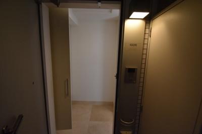 それではお部屋をご案内致します。お部屋は10階の角部屋です。