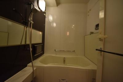 余裕の広さがあるお風呂 TVがついてます。