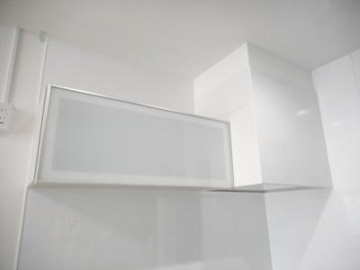 スモークガラスがお洒落なキッチン収納です。