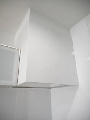 室内の色彩と調和した換気扇。