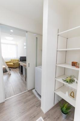 玄関収納も可動棚により、用途に合わせた高さに調節できます。