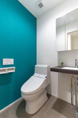 お洒落な洗面台と温水洗浄便座。