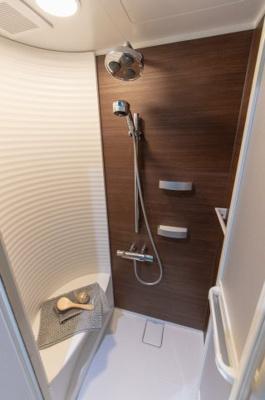 オーバーヘッドシャワーが特徴のシャワールームです。