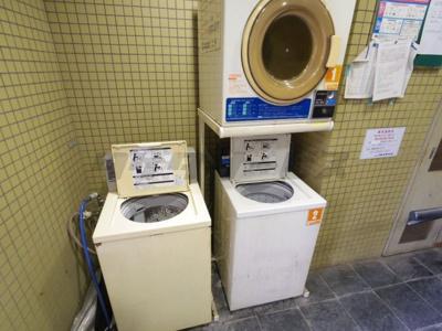 エレベーターホールにコイン洗濯機あります。