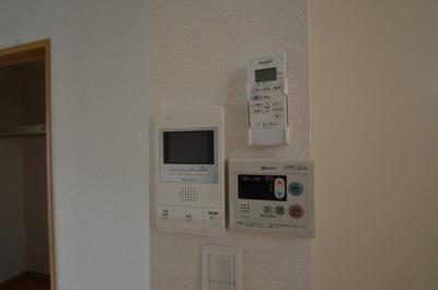 モニター付きインターフォン、給湯機パネル、エアコンのリモコン 同タイプ別室の参考写真