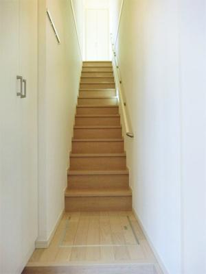 玄関から室内への景観です!階段を上がると洋室13.1帖のお部屋があります♪上り下りが安心の手すりが付いています!